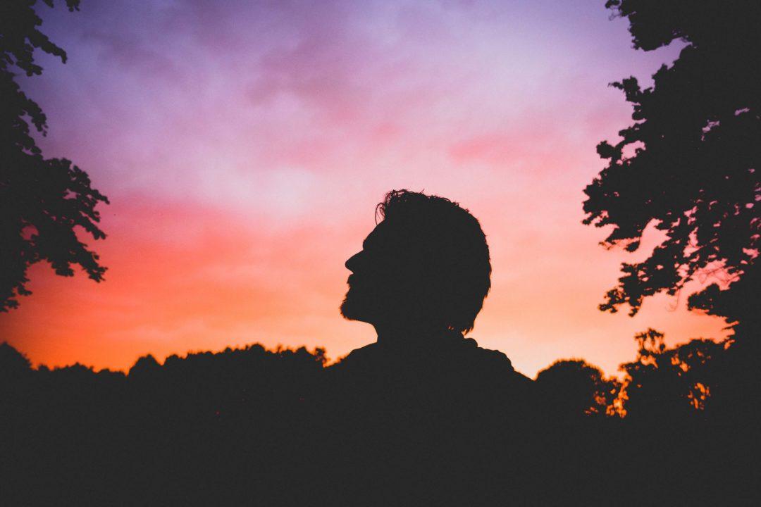 homme face au coucher de soleil