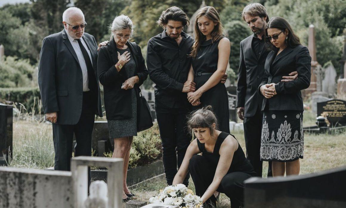 Une-Rose-Blanche-Famille-Covid-Restrictions à connaître pour organiser des obsèques