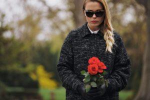 Une-Rose-Blanche-Femme-Covid-Restrictions-à-connaître-pour-organiser-des-obsèques