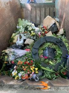 fleurs-dans-poubelle